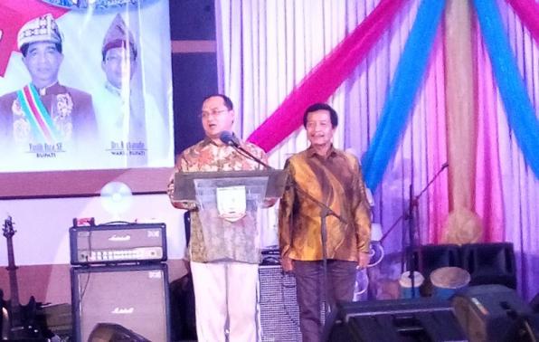 Gubernur didampingi Wakil Gubernur saat memberikan Kata Sambutan pada acara malam resepsi HUT ke 17 Provinsi Kep Babel di Manggar.